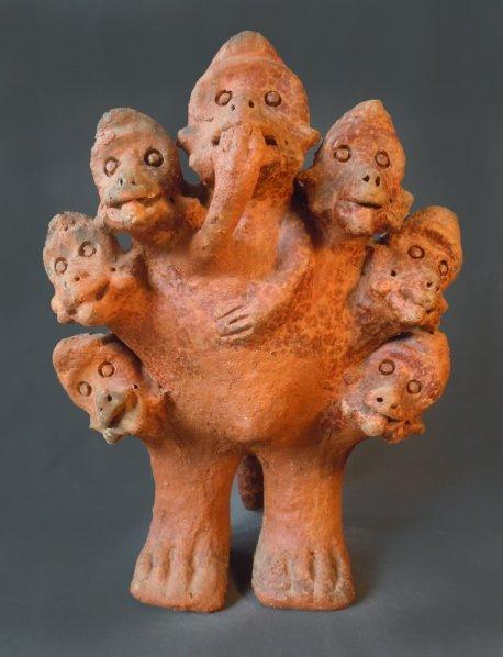 Seni Awa Camara Couronne de singes, 2006, terre cuite, 52 x 38 x 35 cm Collection Erwann Le Diberder Courtesy de la Galerie Claire Corcia
